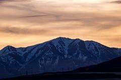 Ridgeline nevado em Rocky Mountains no por do sol imagens de stock