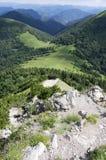 Ridgeway que camina, montañas de Mala Fatra Slovakia, opiniones del amazin imagenes de archivo