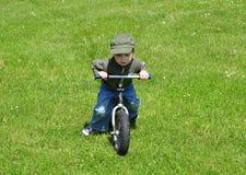 Ridig del muchacho una bici. fotografía de archivo