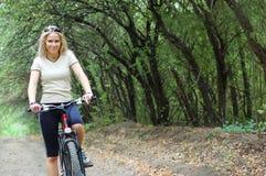 riding девушки напольный Стоковая Фотография RF