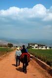 riding лошади страны ребенка Стоковые Изображения