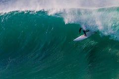 Riding пробки хорошего всадника прибоя волны голубой Стоковая Фотография