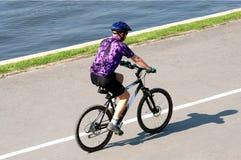 Riding dell'uomo dell'adulto sulla bicicletta della montagna Immagini Stock
