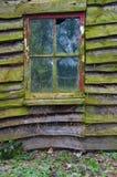 Ridit ut gammalt skjul med fönstret Arkivbilder
