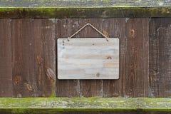 Ridit ut gammalt staket med brädet Arkivfoton