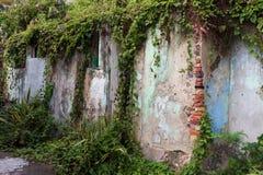 Ridit ut och smula väggen Arkivbilder
