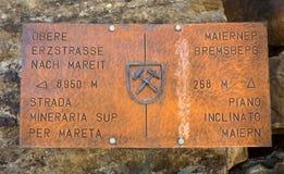 Ridnaun-Tal in Süd-Tirol, Italien-kann 27,2017: alte rostige unterzeichnen herein den Weg der Bergwerke von Val Rinanna Lizenzfreies Stockbild