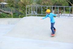 Ridng de los skateres en un parque del monopatín fotografía de archivo