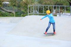 Ridng de los skateres en un parque del monopatín foto de archivo libre de regalías