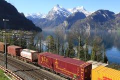 Ridning för fraktdrev på järnvägen längs sjön Lucerne switzerland arkivfoto