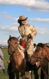 Ridning för kvinnahästbaksida, Mongoliet. Fotografering för Bildbyråer