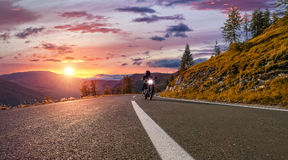 Ridning för motorcykelchaufför i alpin huvudväg Utomhus- fotografi, Arkivbild