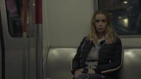 Ridning för ung kvinna i gångtunneldrev Handelsresandekvinna som sitter på platsgångtunnelvagnen i tunnelbana Flicka i M-modernci arkivfilmer