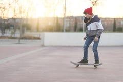 Ridning för ung man på en skridsko i stadsgatan arkivfoton