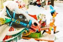 Ridninghästar i karusellerna i vinterstaden parkerar royaltyfria foton