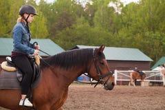 Ridningkurser, tonårs- flicka och en häst royaltyfria foton
