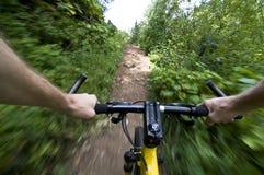 Ridningmountainbike som är snabb på en slinga Fotografering för Bildbyråer
