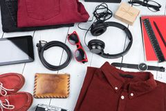 riduca in pani il pc, i vestiti, le cuffie, la macchina fotografica, le scarpe, l'orologio e i sunglas fotografia stock