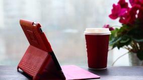 Riduca in pani il PC, il caffè, finestra con un fiore Immagine Stock