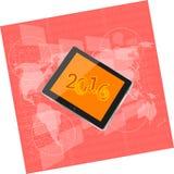 Riduca in pani il pc o lo Smart Phone sul touch screen digitale di affari, la mappa di mondo, il concetto 2016 del buon anno Immagini Stock