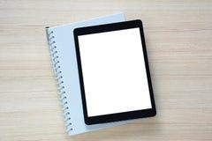 Riduca in pani lo schermo isolato pc con un libro sulla tavola di legno Immagine Stock Libera da Diritti