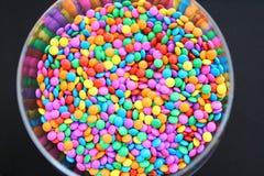 Ridurre in pani colorati di cioccolato fotografie stock