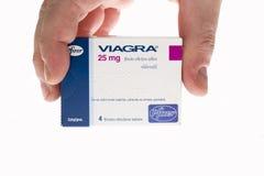 Ridurre in pani delle pillole del Viagra isolati su bianco Fotografie Stock Libere da Diritti