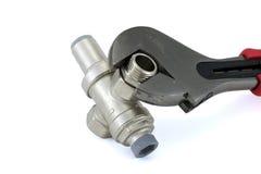 Riduttore di pressione dell'acqua con una chiave Immagini Stock Libere da Diritti