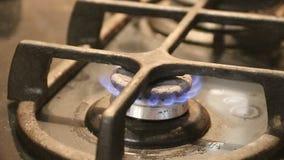 Riduzione della fiamma sulla fine del fornello di gas del cooktop della cucina su sulla fiamma archivi video