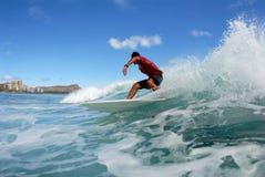 Riduzione praticante il surfing immagine stock