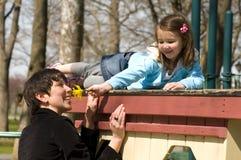 Riechen einer Blume Lizenzfreie Stockfotografie