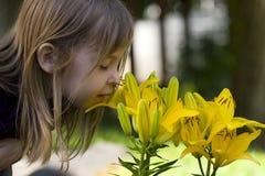 Riechen Sie Blumen Lizenzfreie Stockfotografie