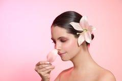 Riechende Blume der Frau Lizenzfreie Stockfotos