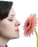 Riechende Blume des Mädchens Lizenzfreie Stockfotografie