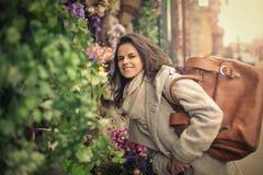 Riechende Blumen der Frau Stockfotografie