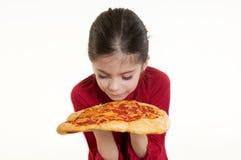 Riechende Pizza des Kindes Lizenzfreie Stockfotografie