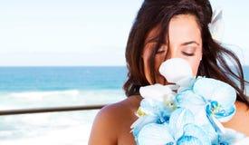 Riechender Blumenstrauß der Braut Stockfotografie