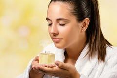 Riechender Duft des ätherischen Öls der jungen Frau stockfoto