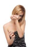 Riechender Duftstoff der jungen Frau auf ihrem Handgelenk Lizenzfreie Stockbilder