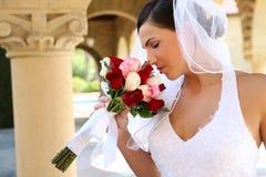 Riechender Hochzeitsblumenstrauß der Braut Stockfotografie