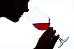 Riechender Wein des Mannes Lizenzfreie Stockfotografie
