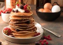 Ried薄煎饼用新鲜的莓果 图库摄影