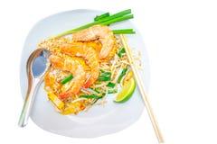 ried ryż wtyka z garnelą, łyżką i chopsticks na naczyniu, odosobniona biała tło ścinku ścieżka obrazy stock