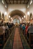 Rieden德国15 04 2018年举行在人群前面的教士礼拜在教会的theinterior 免版税图库摄影