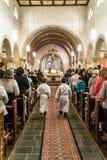 Rieden德国15 04 2018年举行在人群前面的教士礼拜在教会的theinterior 库存照片