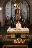 Rieden德国15 04 2018年举行在人群前面的教士礼拜在教会的theinterior 库存图片