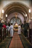 Rieden德国15 04 2018年举行在人群前面的教士礼拜在教会的theinterior 免版税库存图片