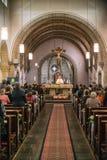 Rieden德国15 04 2018年举行在人群前面的教士礼拜在教会的theinterior 免版税库存照片