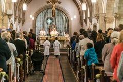 Rieden Γερμανία 15 04 2018 λειτουργία εκμετάλλευσης ιερέων μπροστά από το πλήθος στο theinterior μιας εκκλησίας Στοκ φωτογραφία με δικαίωμα ελεύθερης χρήσης