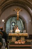 Rieden Германия 15 04 Священник 2018 держа церковную службу перед толпой в theinterior церков Стоковые Фото